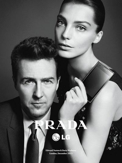 Fevereiro: Daria Werbowy e Edward Norton estrelam a campanha do celular LG da Prada, fotografada por David Sims
