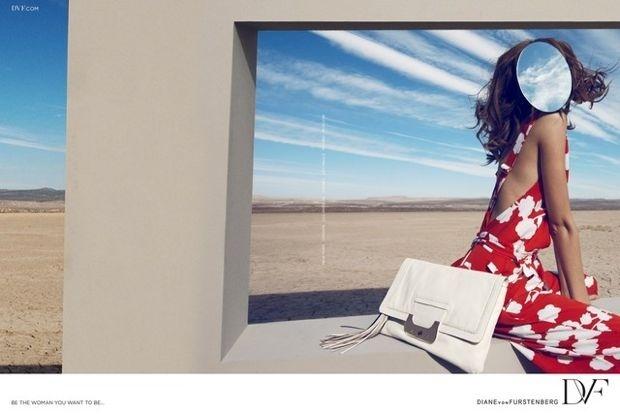 Fevereiro: Fotografada por Camilla Akrans, a nova campanha de Diane Von Furstenberg lembra obras de arte surrealistas e estrela uma modelo anônima, exibida sem face