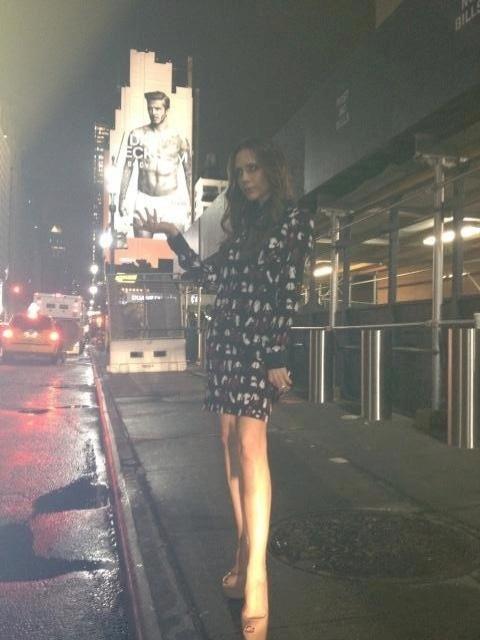 Durante a semana de moda de Nova York, nem Victoria Beckham resistiu ao ver o próprio marido de cuecas em outdoor gigante da campanha da H&M: com os direitos que o título de esposa lhe garantem, deu uma, digamos, apalpada na underwear do muso (16/02/2012)