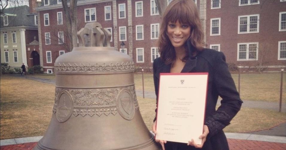 A top veterana Tya Banks, 38, posa com seu diploma de curso de administração na conceituada Harvard Business School. A foto foi tirada pela mãe da modelo e apresentadora do reality