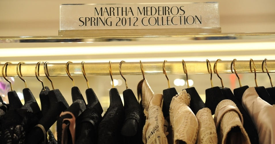 A estilista brasileira Martha Medeiros, especializada em vestidos de festa, inaugurou espaço na famosa loja de luxo Bergdorf Goodman, em Nova York. Foram encomendados 40 vestidos criados exclusivamente para o estabelecimento (29/02/2012)