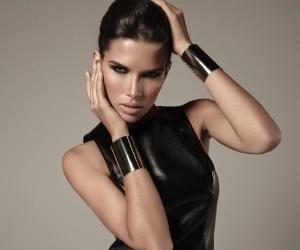 Fevereiro: A modelo Raica Oliveira é a estrela da campanha da marca Toli, de Natal (RN), para o Inverno 2012. A top posou para Renan Christofoletti