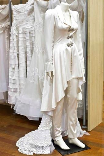 A estilista Karina Kulig aposta em casacas para complementar o vestido de noiva ou até mesmo para substituir o traje tradicional