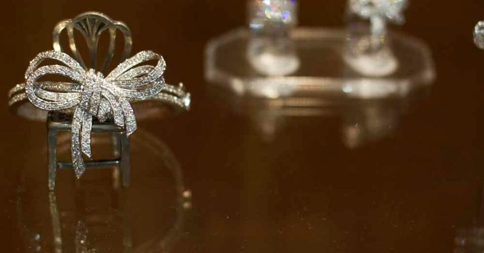 A marca Avivar tem acessórios como joias, flores de tecidos e sapatos para complementar o look da noiva