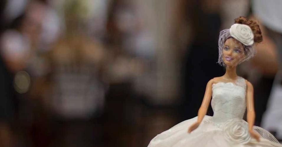 Barbie caracterizada com um dos modelos da coleção de Solaine Piccoli