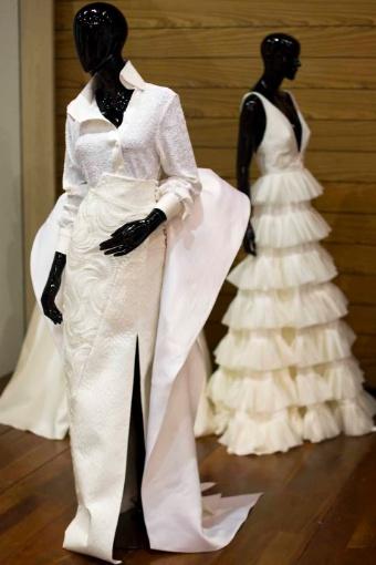 Conjunto de camisa de minipaetês com gola e punhos de seda pura e saia com bordados manuais, ambos de André Lima (R$ 26 mil). A ideia é que o conjunto substitua o tradicional vestido de noiva. Os modelos sob medida do estilista custam a partir de R$ 14 mil
