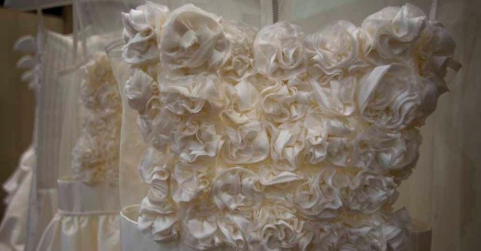 Detalhes dos vestidos do estilista Lucas Anderi, do Atelier Blanc, em parceria com Fause Haten. As peças, em tafetá de seda, rendas e tule, custam a partir de R$ 4 mil