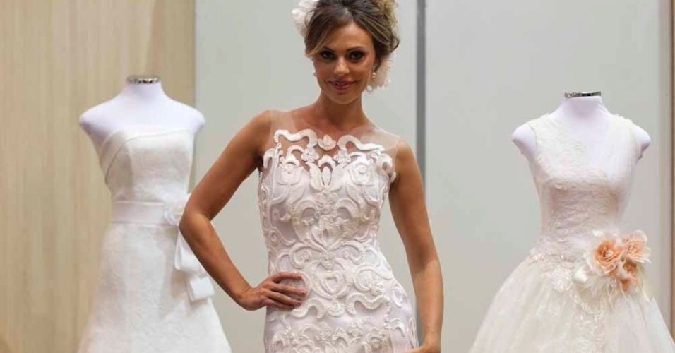 Modelo da estilista Solaine Piccoli com vestido curto de tule e fitas de renda francesa; R$ 18.800