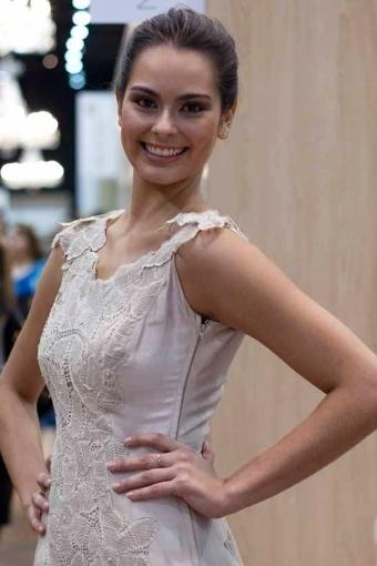 Modelo da grife Martha Medeiros, com vestido de zibeline de seda e renda renascença; a partir de R$ 9.980