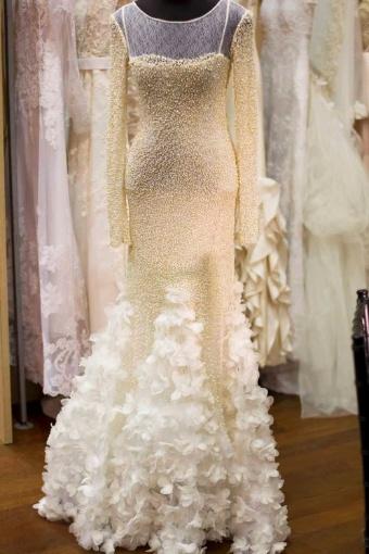 O modelo de Lourdinha Noyama é feito em tela e bordado à mão com nesgas cobertas de flores e organza de seda pura; R$ 15 mil