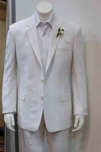 O terno branco de linho com seda é uma das apostas de Ricardo Almeida; R$ 3.500 (www.ricardoalmeida.com.br)