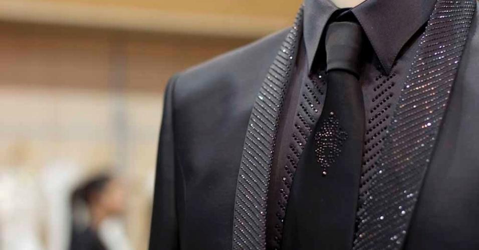 O terno da grife Carlo Pignatelli para Black Tie tem aplicações de cristais na lapela e camisa de cetim. O conjunto completo ? com paletó, calça, camisa e gravata - custa R$ 9.921,54