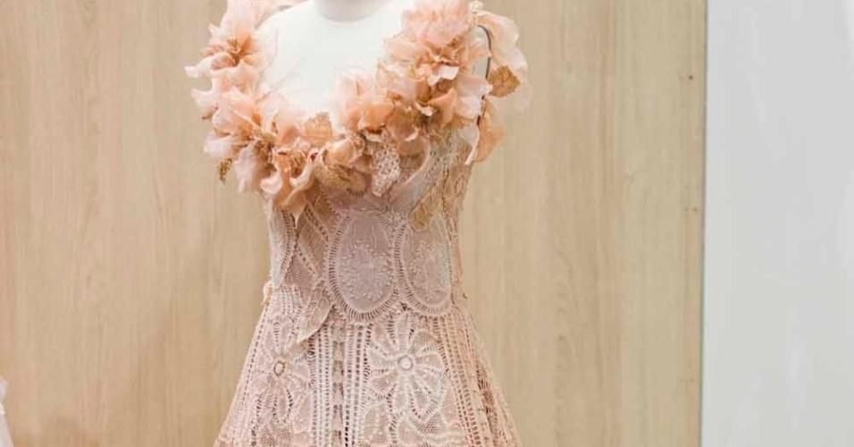 O vestido da estilista Martha Medeiros tem renda renascença e ainda tingimento manual; a partir de R$ 9.980