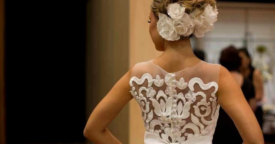 O vestido da estilista Solaine Piccoli é feito com detalhes de renda francesa nas costas e saia de cetim duchese; R$ 18.800