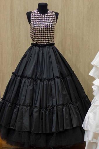 O vestido preto é fruto da parceria entre Lucas Anderi e Fause Haten. As peças estão à venda no Atelier Blanc (www.atelierblanc.com.br) com preços a partir de R$ 4 mil