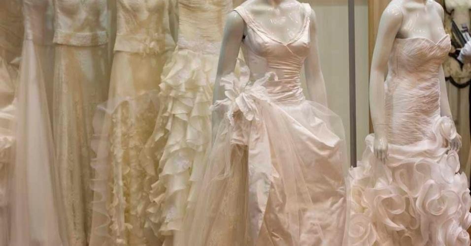Os modelos para noivas de Danielle Benício são feitos com sobreposições de materiais e saias trabalhadas e custam entre R$10 mil e R$12 mil