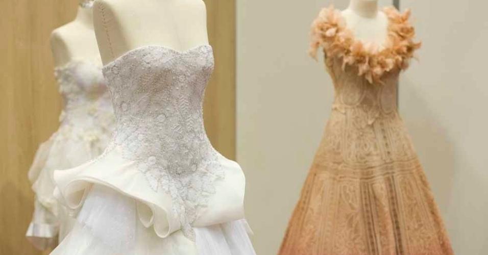 Os vestidos da estilista Martha Medeiros têm aplicações de renda renascença, feita à mão