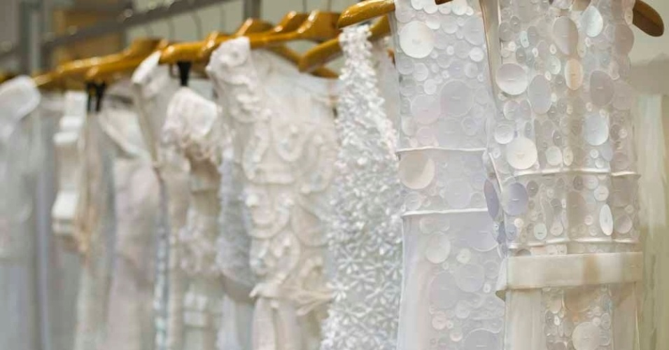 Peças de moda festa no estande da estilista Gloria Coelho durante o CasaModa Noivas, em São Paulo