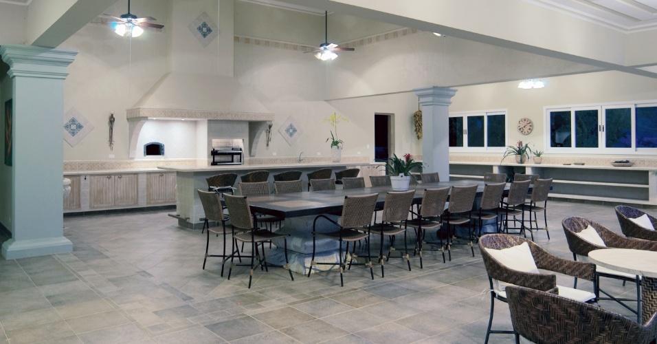 O anexo construído junto à piscina é uma ampla área de lazer equipada com churrasqueira, forno de pizza, área de descanso e outros elementos de apoio ao lazer. O típico casarão das fazendas de café foi revitalizado pela arquiteta Cristina Negreira, do Estúdio ON