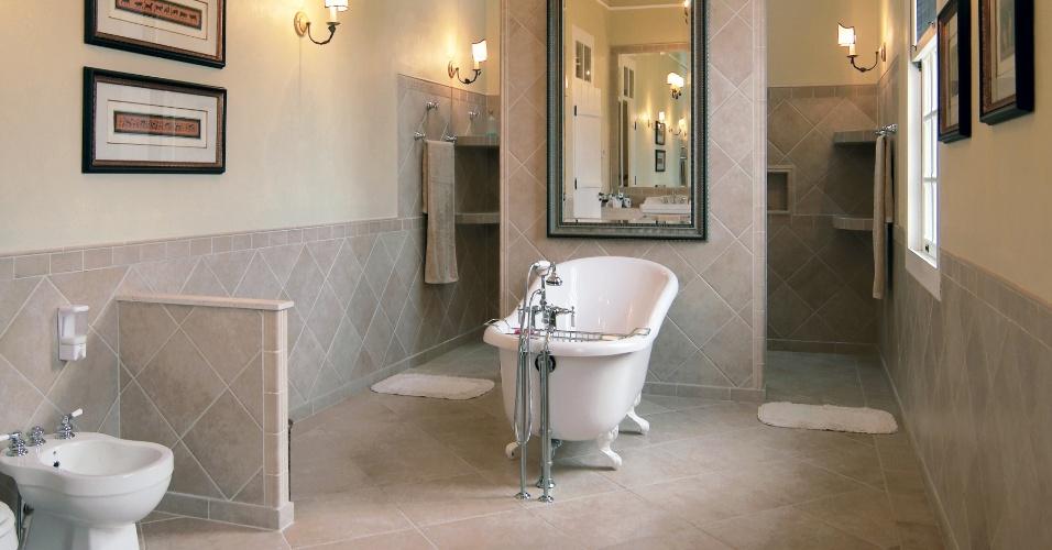 O banheiro da suíte principal tem revestimento da cerâmica Portobello aplicado no piso e em meia-parede; banheira de estilo vitoriano e amplo box ao fundo. O típico casarão das fazendas de café foi revitalizado pela arquiteta Cristina Negreira, do Estúdio ON