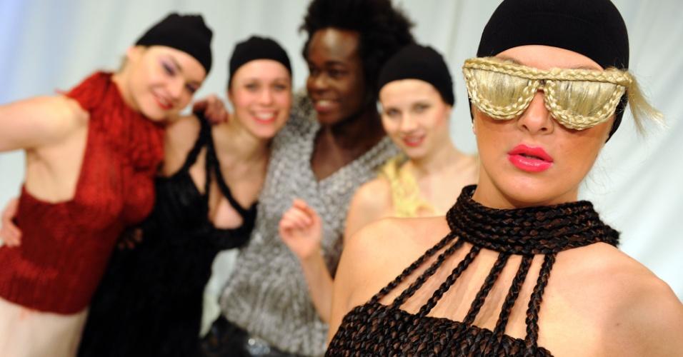 Os óculos falsos feitos com cabelo artificial são criação da estilista alemã Luisa Verfuerth. A novidade foi apresentada durante a feira de design Creativa, em Dortmund, na Alemanha (13/03/2012)