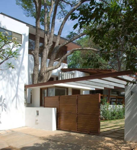 O acesso principal à casa e a piscina foram posicionadas na área que, segundo a mandala Vastu Purusha, está sob domínio do elemento água. A residência fica em Bangalore, Índia