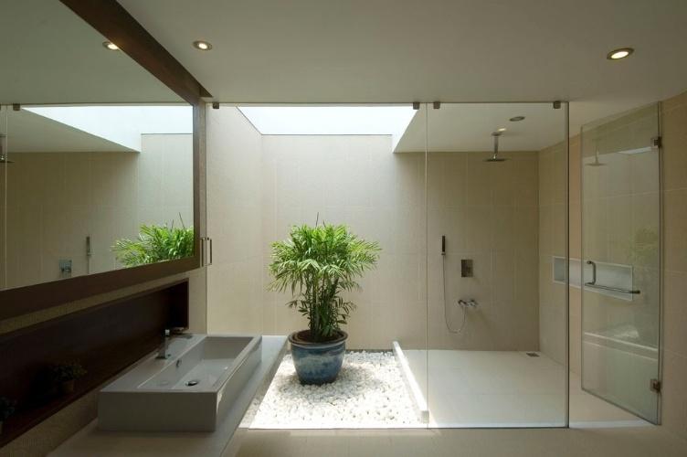 A caixa de seixo contrasta com o piso de mármore italiano polido aplicado no banheiro, que conta com iluminação zenital. A Casa Vastu, em Bagalore, na Índia, foi construída de acordo com a mandala Vastu Purusha, a antiga ciência indiana de orientação para edificações