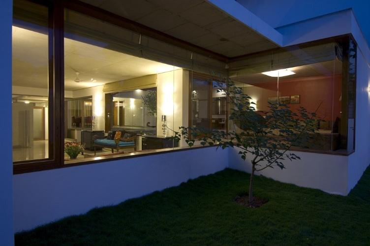 Grandes panos de vidro horizontais dão transparência e mantêm a casa arejada. Localizada em Bangalore, na Índia, a residência foi desenhada de acordo com a mandala Vastu Purusha, a antiga ciência indiana de orientação para edificações