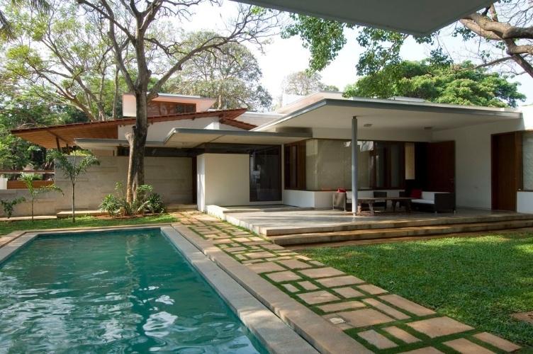 O acesso principal à casa e a piscina foram posicionadas na área que, segundo a mandala Vastu Purusha, está sob domínio do elemento água., A residência foi construída em Bangalore, na Índia