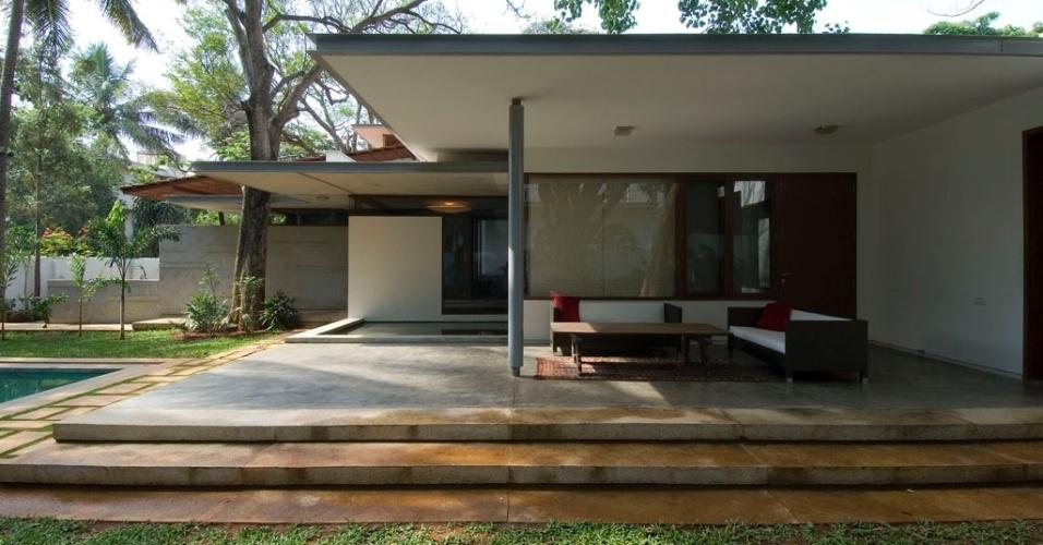 Construída em Bangalore, na Índia, a Casa Vastu tem linhas contemporâneas, mas guarda em seu projeto arquitetônico as orientações da mandala Vastu Purusha, a antiga ciência indiana de orientação para edificações