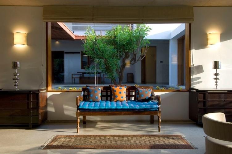 Os interiores da Casa Vastu, em Bangalores, Índia, mostram uma decoração tradicional, que oscila entre o luxo da madeira nobre e estofados revestidos com tecidos finos, com veludo e seda, e o despojamento de materiais de acabamento naturais como pedras