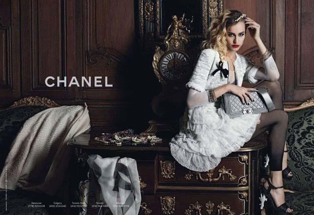 Março 2012: A modelo roqueira Alice Dellal é a garota-propaganda da campanha da bolsa Boy, da grife francesa Chanel. As fotos foram feitas pelo próprio estilista da marca, Karl Lagerfeld