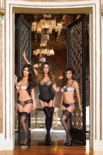 Março 2012: Para divulgar a linha de lingerie Kardashian Kollection, vendida nas lojas de departamento Sears, as irmãs Kim, Kourtney e Khloe Kardashian posam de calcinha e sutiã em campanha com uso pesado de Photoshop