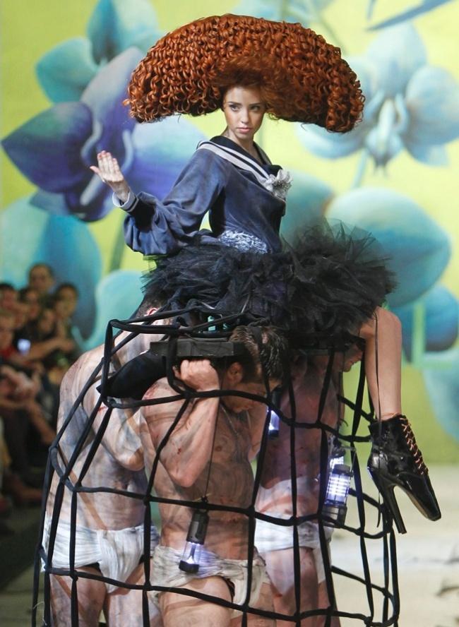 Usando sapatos com saltos vertiginosos, modelo é carregada na passarela por homens vestidos de sunga e com o corpo pintado durante o desfile do estilista Oleksiy Zalevskiy durante da semana de moda da Ucrânia (18/03/2012)