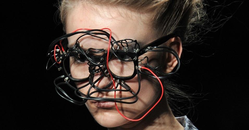 A marca japonesa Shiho Shiroma repaginou o tradicional modelo de óculos estilo Wayfarer com ligações de fios. A peça foi apresentada durante desfile na semana de moda de Tóquio (21/03/2012)