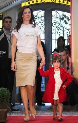 A atriz Claudia Raia está entre as celebridades que se apresentaram durante o desfile de moda infantil Fashion Kids, em São Paulo (21/03/2012)