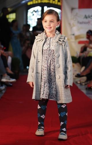 A estampa argyle ganhou formato de coração na meia da Camú-Camú para o inverno infantil. O look foi desfilado durante o Fashion Kids em São Paulo (21/03/2012)