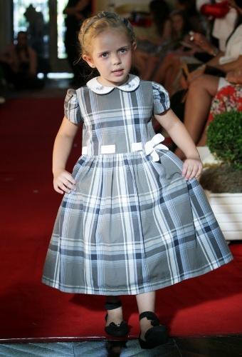 A estampa xadrez é sugestão da Primo Bambino para os vestidos das pequenas na passarela Fashion Kids (21/03/2012)