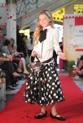 A Monnalisa investiu no look bicolor para as meninas, com saia em estampa de bolinhas e camisa (21/03/2012)