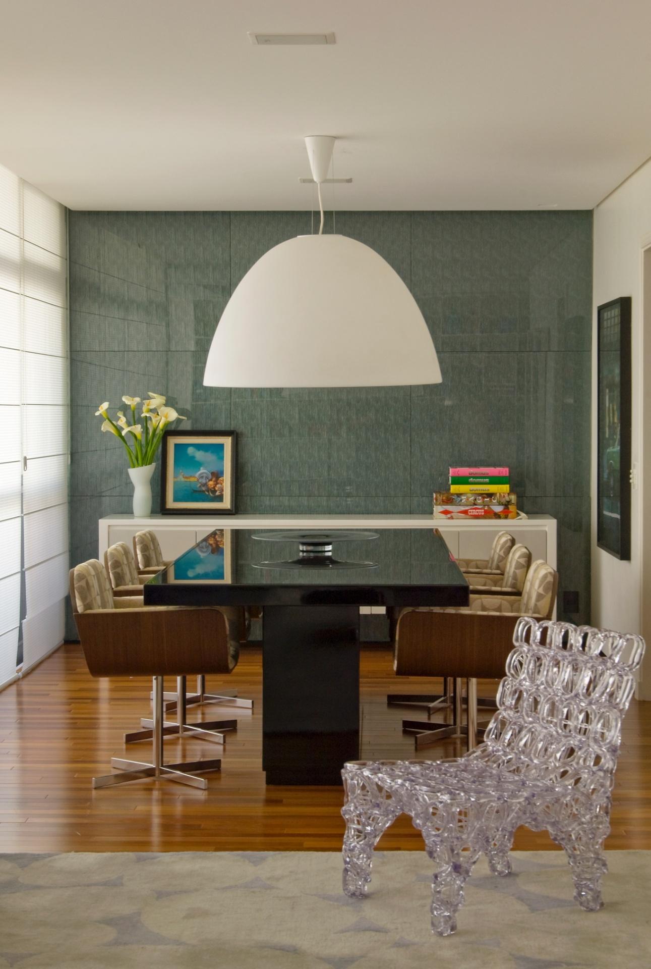 Ao fundo da sala de jantar do apartamento no Itaim Bibi, São Paulo, reformado pelo escritório SQ+ Arquitetos Associados, o Revest Glass (parede) composto de placas pré-fabricada