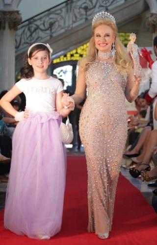 """Brunete Fraccaroli, a arquiteta e """"Mulher Rica"""", retornou à passarela com sua Barbie em look nude com pedraria. Ela é acompanhada por modelo mirim com acessórios da Roana para o Inverno 2012 (21/03/2012)"""