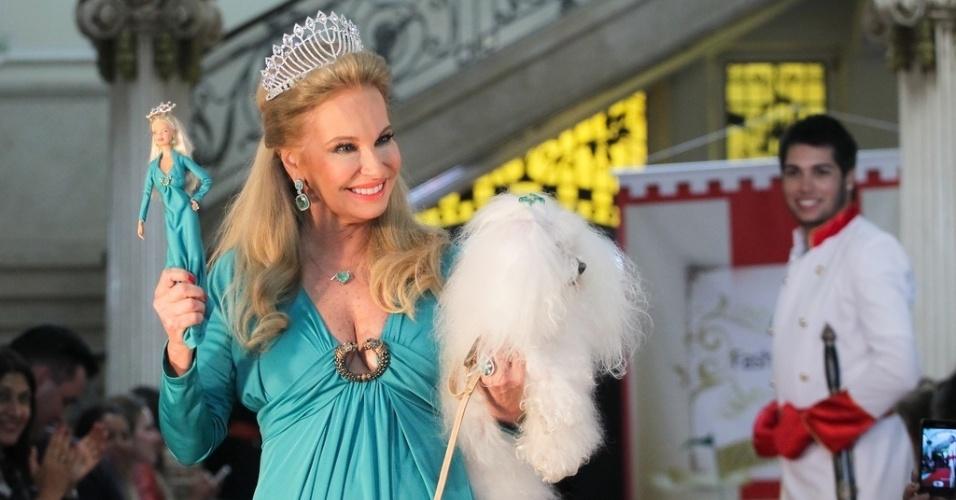 O desfile era de moda infantil, mas contou também com look da arquiteta Brunete Fraccaroli e sua miniatura em Barbie (21/03/2012)