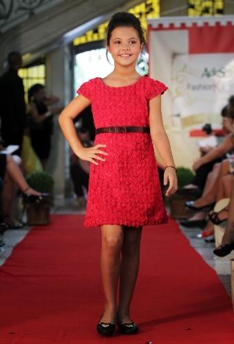 Vestido vermelho com textura é uma das sugestões da Paola da Vinci para o Inverno 2012, em desfile no Fashion Kids (21/03/2012)