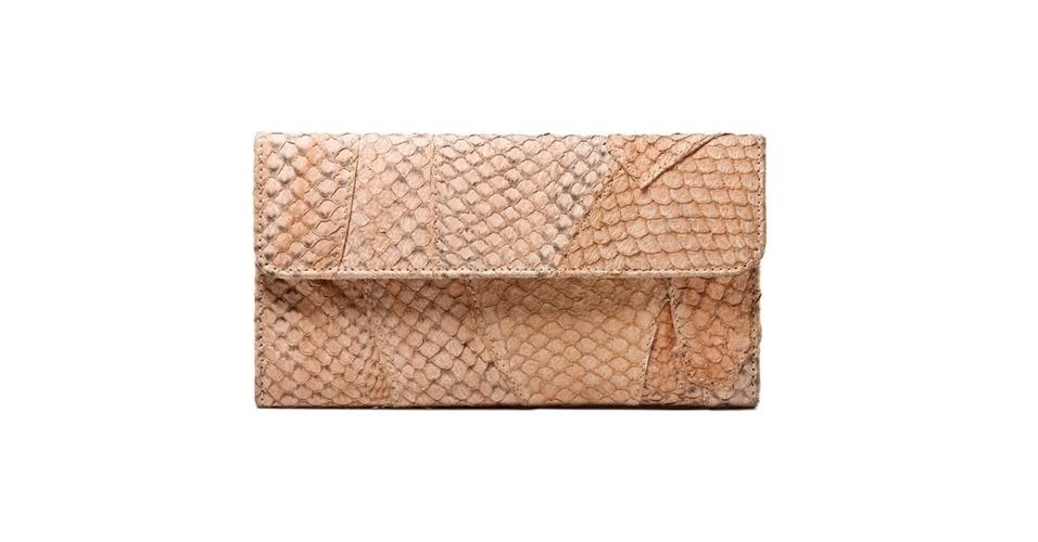 Carteia em couro de peixe tilápia; R$ 478, na Flavia Aranha (Tel.: 11 3031-1703)