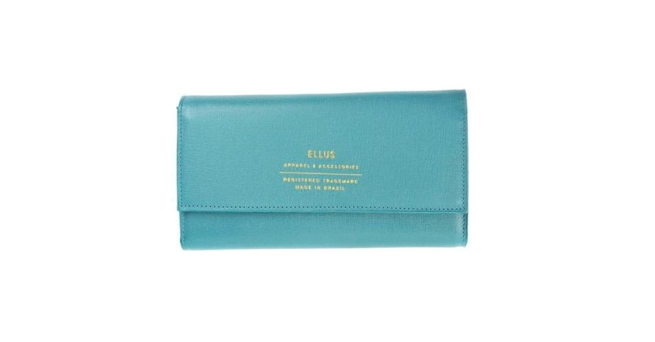 Carteira azul claro com escrito em dourado; R$ 325, na Ellus (Tel.: 11 3061-2900)
