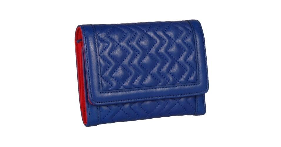 Carteira azul com matelassê e parte interior vermelha; R$ 69,90, na Shoestock (Tel.: 11 3045-1200)