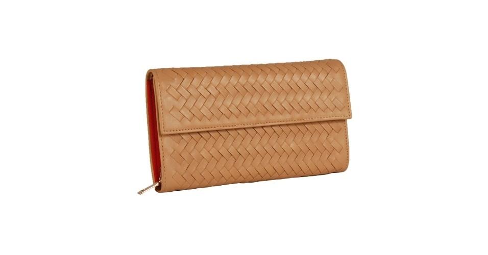 Carteira com couro sintético entrelaçado; R$ 129,90, na Shoestock (Tel.: 11 3045-1200)