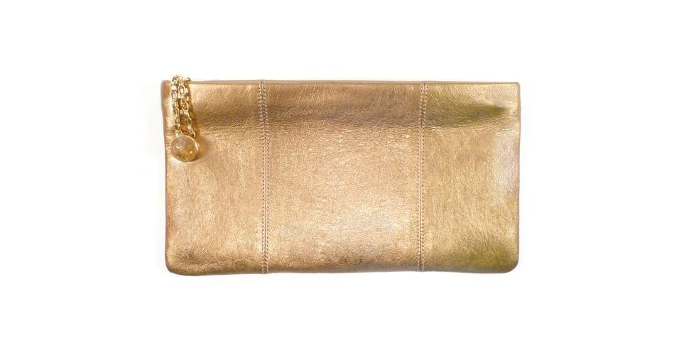 Carteira dourada com zíper e chaveiro de corrente; R$ 365, Fabrizio Giannone (Tel.: 11 3061-1868)