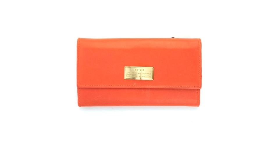 Carteira laranja com plaquinha dourada; R$ 345, na Ellus (Tel.: 11 3061-2900)