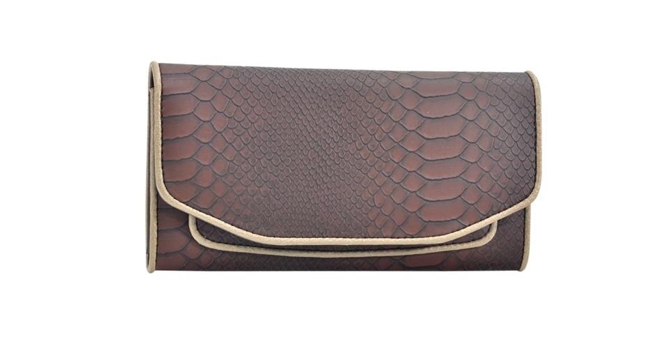 Carteira marrom com material que imita couro de cobra; R$ 45,98, na Isabella Piu para Xeryus (SAC: 11 3323-3947)